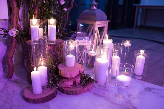 Uma decoração elegante de velas e lanternas à noite