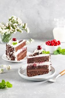 Uma deliciosa fatia de bolo preto forrest. em um prato e pronto para comer.