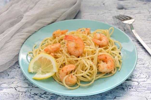 Uma deliciosa receita de espaguete com camarão e uma mistura de pimentos.