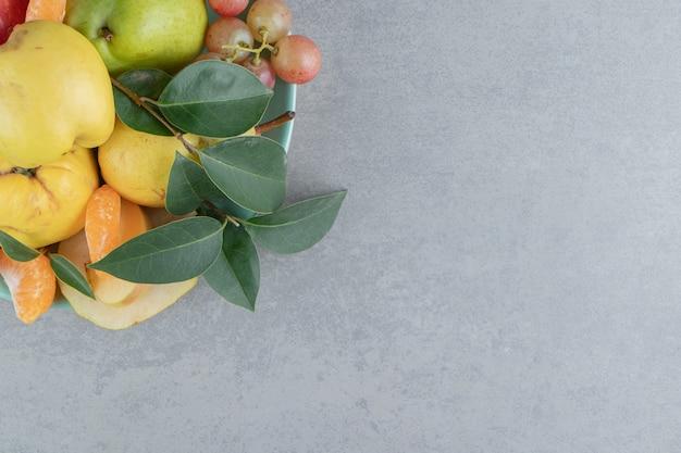 Uma deliciosa variedade de frutas em mármore