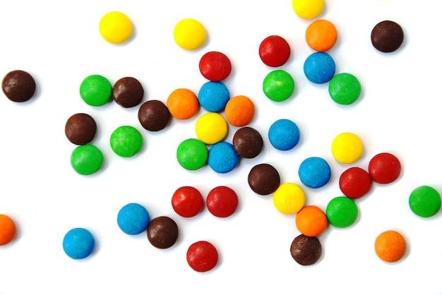 Uma dispersão de pequenos chocolates coloridos