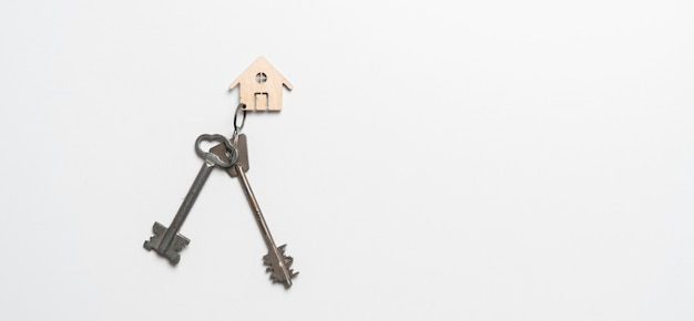 Uma disposição plana das chaves de casa na mesa, símbolo de investimento imobiliário