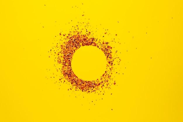 Uma disposição plana de simples coleção de especiarias na superfície colorida de alimentos secos