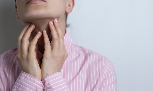 Uma dor de garganta. angina.