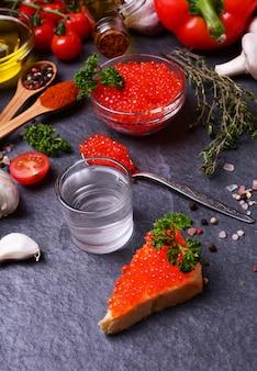 Uma dose de vodka com caviar vermelho