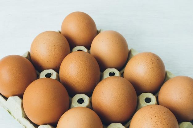 Uma dúzia de ovos marrons livres de gaiola de galinhas felizes