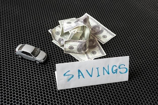 Uma economia de dinheiro para a compra de um carro novo, conceito de ideia simples, nota de um dólar
