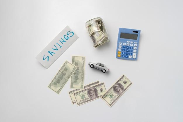 Uma economia de dinheiro para comprar um carro novo conceito simples idéia nota de dólar