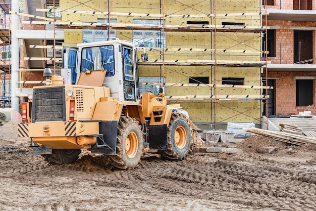 Uma empilhadeira em um canteiro de obras está levantando uma laje de concreto armado. máquina de construção. indústria.
