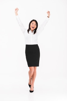 Uma empresária asiática feliz em pé