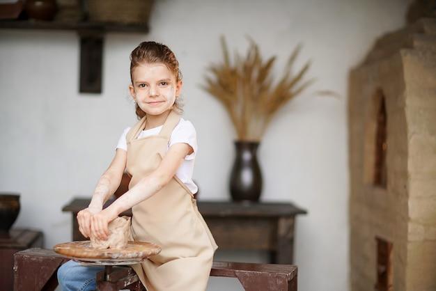 Uma encantadora menina artesã apreciando a arte e a produção de cerâmica