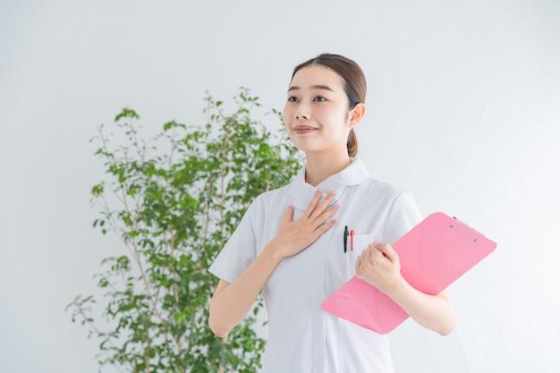 Uma enfermeira posando com paz de espírito