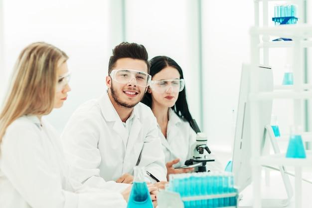 Uma equipe de cientistas usa um computador para verificar os dados