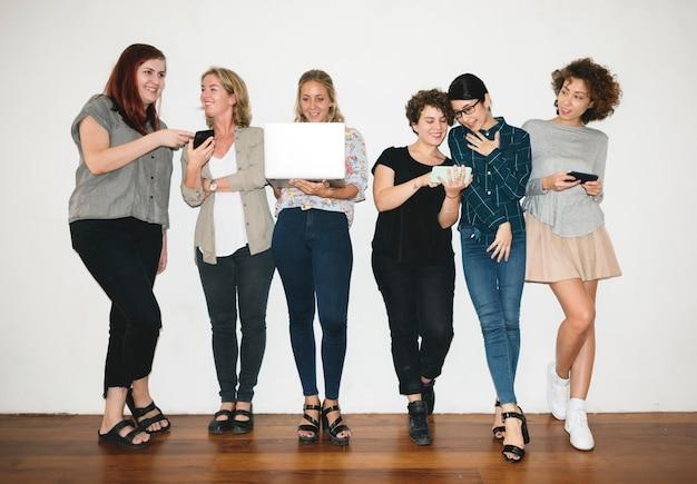 Uma equipe de designers de moda alegre
