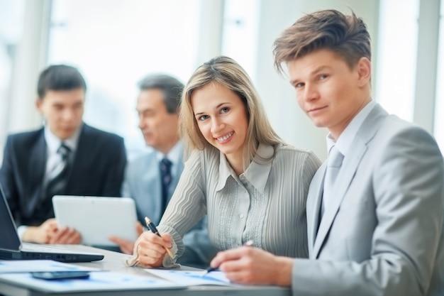 Uma equipe de negócios amigável e bem-sucedida em um local de trabalho em um escritório moderno