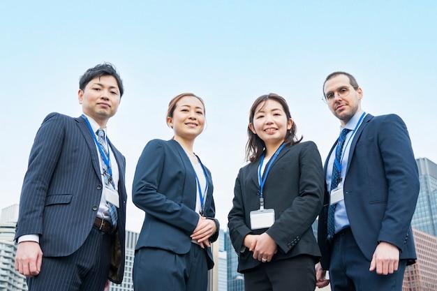 Uma equipe de negócios de quatro homens e mulheres de terno