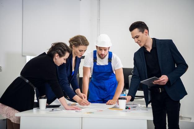 Uma equipe de projeto de construção brainstorming na sala de reuniões