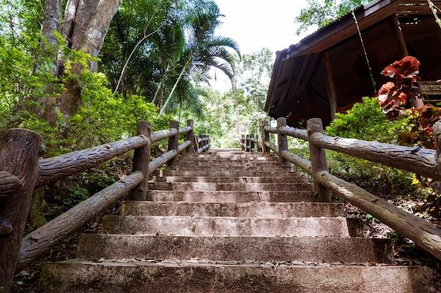 Uma escada de cimento leva até as cachoeiras do parque natural no norte da tailândia.