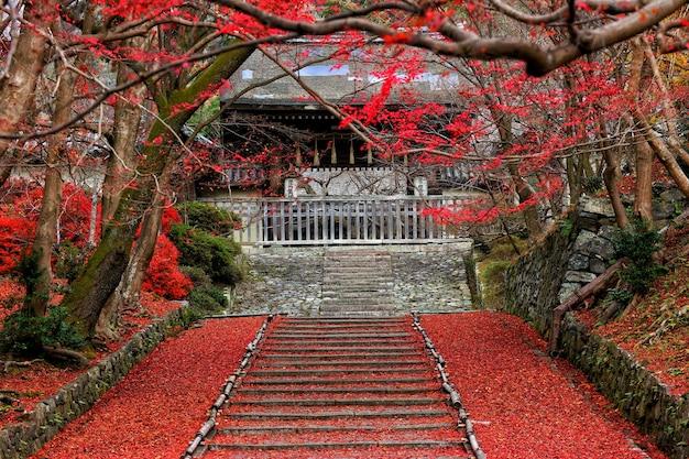 Uma escada de entrada do templo bishamon do