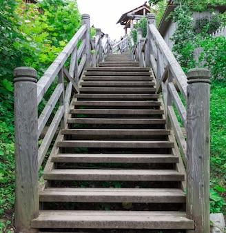 Uma escada de madeira que antecede.