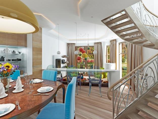Uma escada em espiral da sala de jantar com acesso ao segundo andar