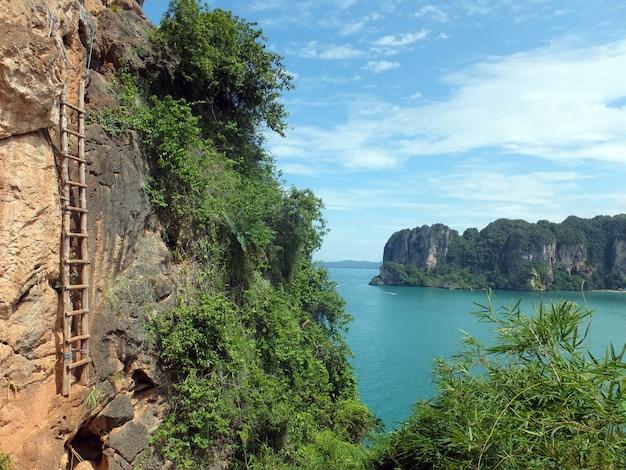 Uma escada para o céu em railay, tailândia