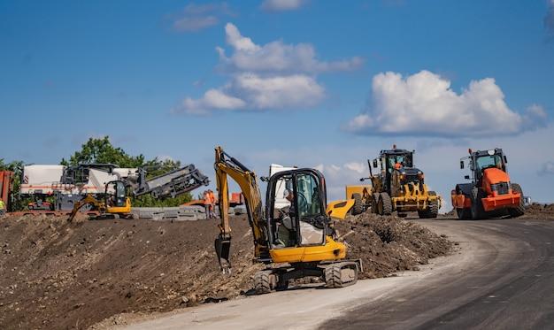 Uma escavadeira em uma construção de estrada.