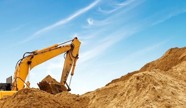 Uma escavadeira no trabalho