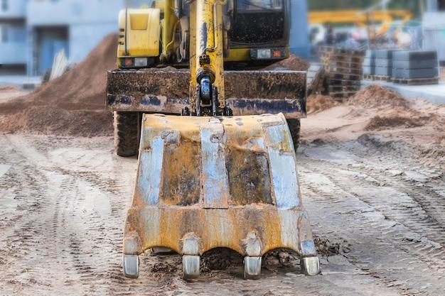 Uma escavadeira pesada com uma grande caçamba está se preparando para o trabalho. equipamentos de construção pesada para terraplenagem. escavadeira de pedreira. melhoria do território.