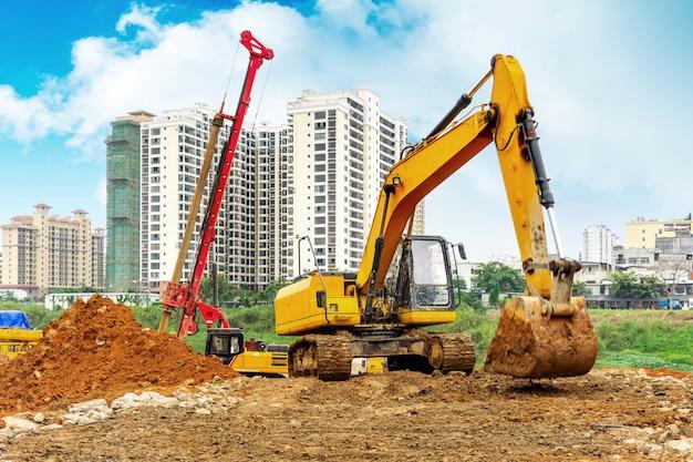 Uma escavadeira trabalhando na construção de um site