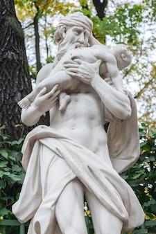 Uma escultura antiga de saturno cronos comendo um bebê em um jardim de verão criada por pedro, o grande