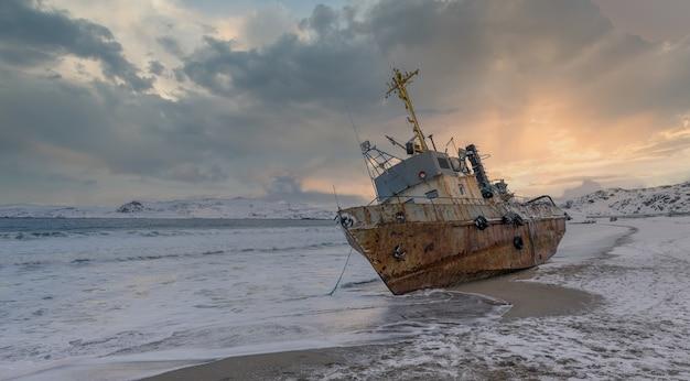 Uma escuna de pesca abandonada que foi levada à praia por uma tempestade. mar de barents, península de kola, teriberka, rússia
