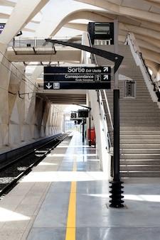 Uma estação de trem no aeroporto de lyon, na frança