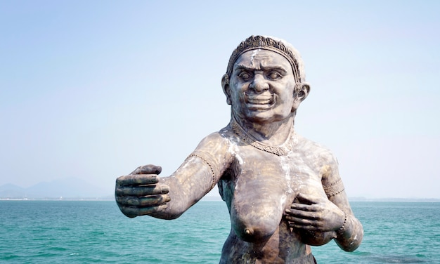 Uma estátua da sereia em um porto na ilha samet