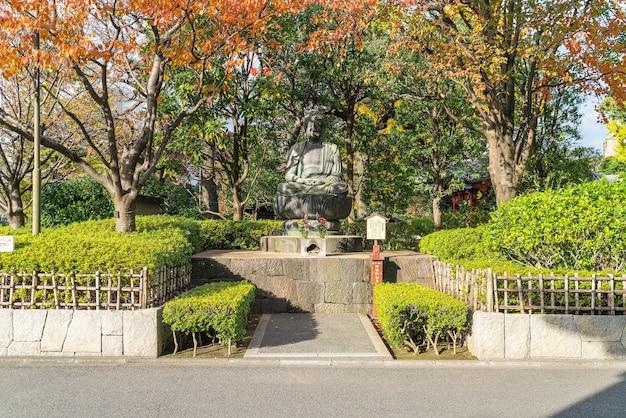 Uma estátua de buda fora do templo sensoji em tóquio