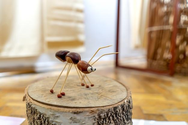 Uma estatueta de formiga feita de castanhas, close-up