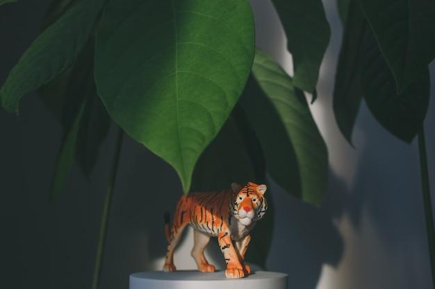 Uma estatueta de tigre entre as folhas, um símbolo do ano novo chinês de 2022