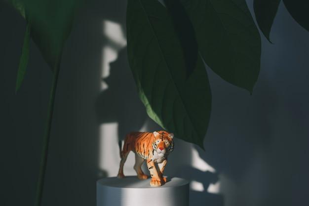 Uma estatueta de tigre entre as folhas, um símbolo do ano novo chinês