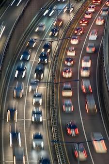 Uma estrada congestionada com tráfego