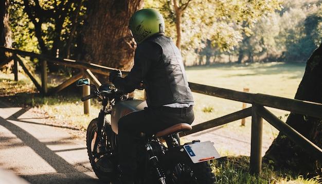 Uma estrada de menino com motocicleta