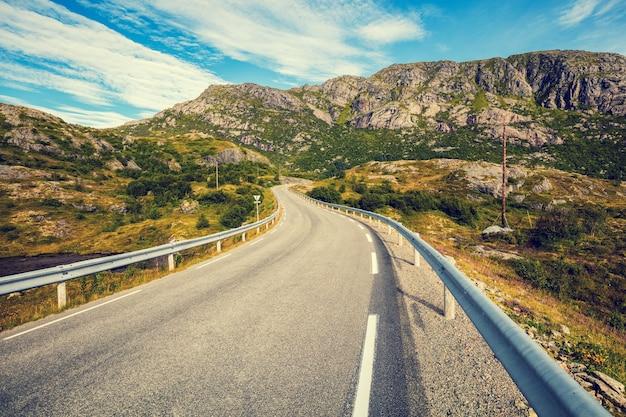 Uma estrada de montanha sinuosa. a bela natureza da noruega. ilhas lofoten