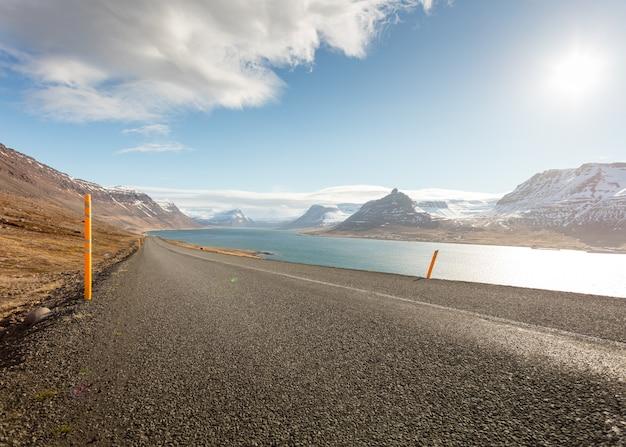Uma estrada estreita ao lado de um belo rio limpo