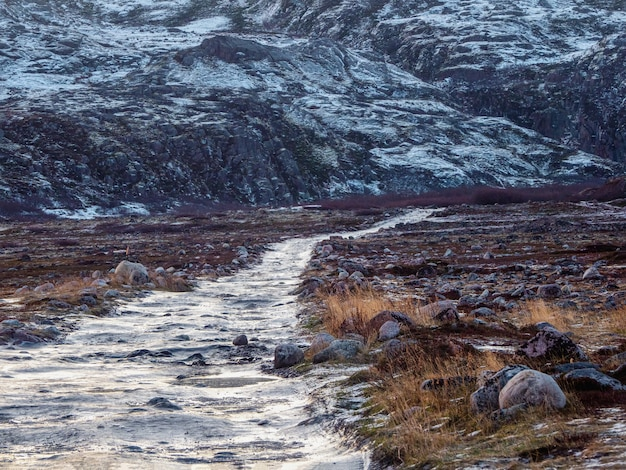 Uma estrada gelada intransitável pela tundra de inverno.