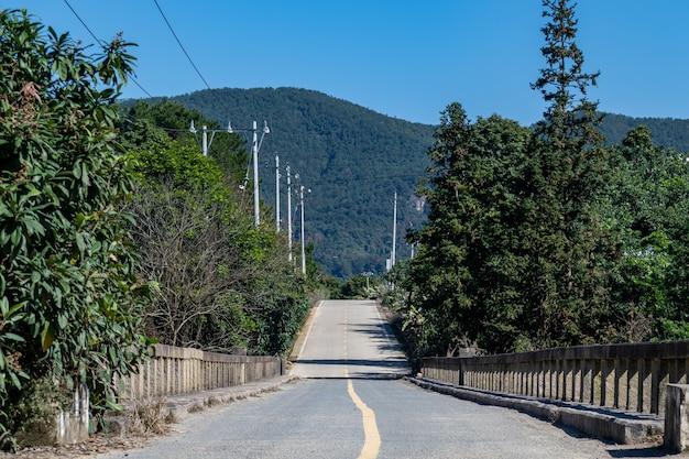 Uma estrada nas montanhas leva à distância