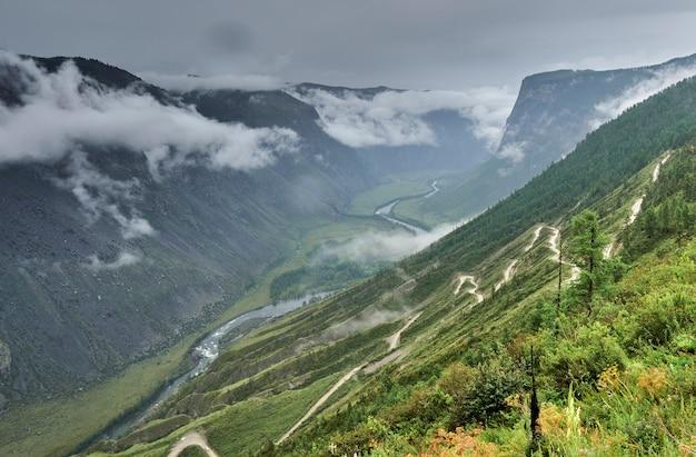 Uma estrada perigosa através do passo katu-yaryk desce para o vale do rio. altai