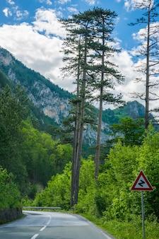 Uma estrada pitoresca atravessa as montanhas e desfiladeiros em montenegro.