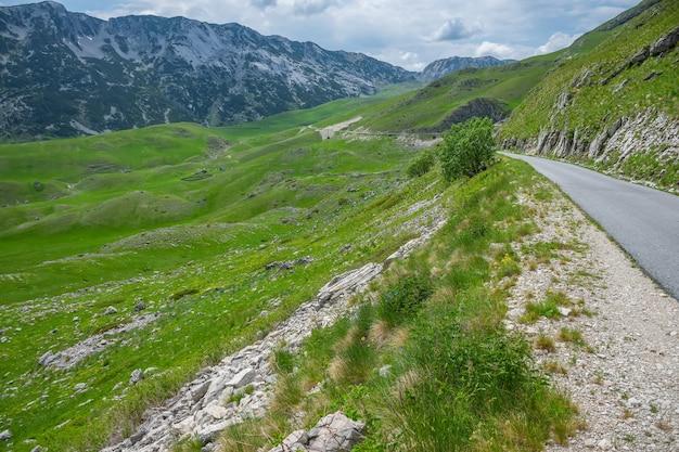 Uma estrada sinuosa atravessa as montanhas pitorescas.