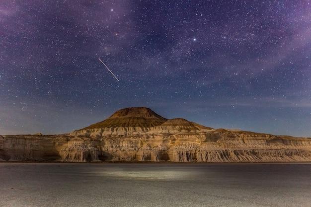 Uma estrela cai. o planalto de ustyurt. distrito de boszhir. o fundo de um oceano seco tethys. restos rochosos. cazaquistão. longa velocidade do obturador