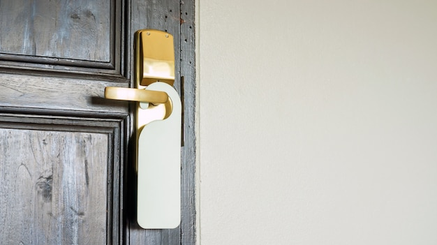 Uma etiqueta vazia branca que pendura em um punho de porta.