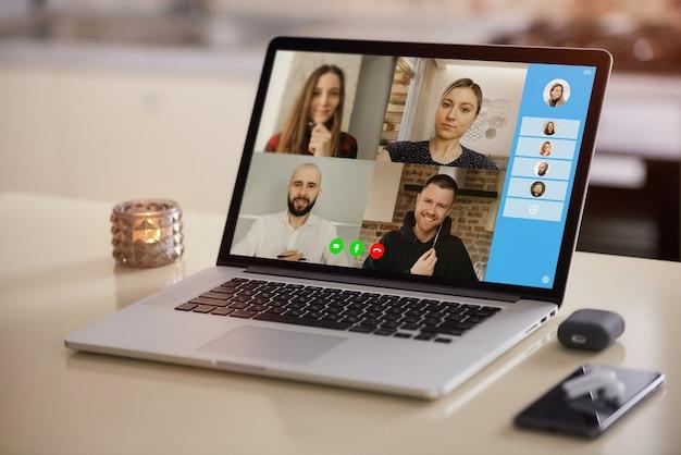 Uma exibição da tela do laptop do aplicativo de telecomunicações durante uma reunião online.